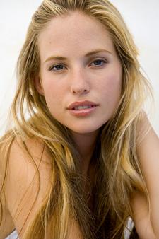 Dişilerde cinsel reklamın en güzel örneklerinden biri dudakların kabarması ve pembeleşmesi/kızarmasıdır. Kocaman bir kozmetik endüstrisinin