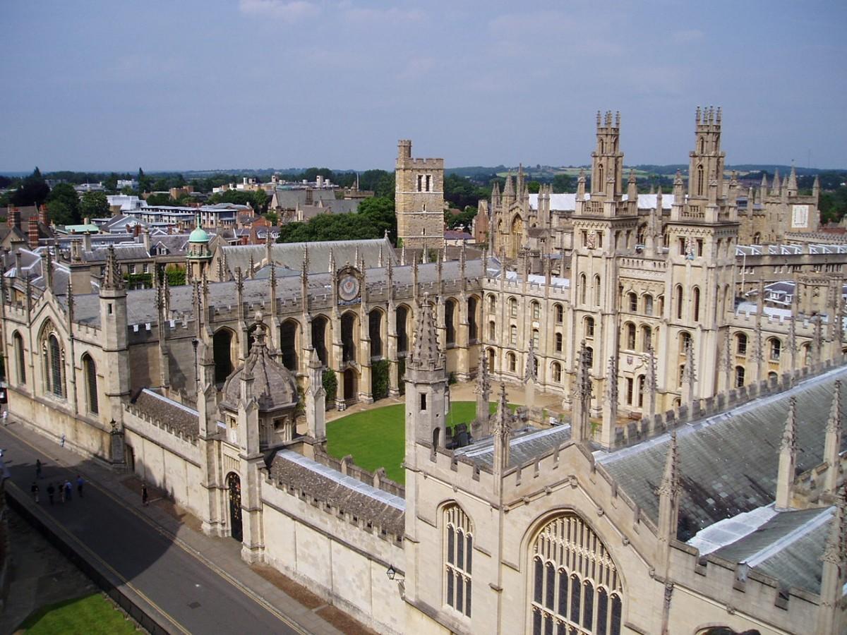 Başlardaki kötü notlarına karşın Hawking Oxford Üniversitesi'ne girebildi.