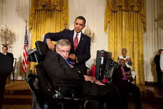 Başkan Obama, 2009'da Hawking'e Başkanlık Hürriyet Madalyası'nı veriyor.