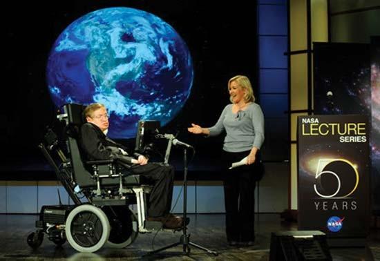 """Hawking 2008'de NASA'nın 50. yıldönümü kutlamasında """"Neden Uzaya Gitmeliyiz?"""" başlıklı konuşmasını yapıyor."""