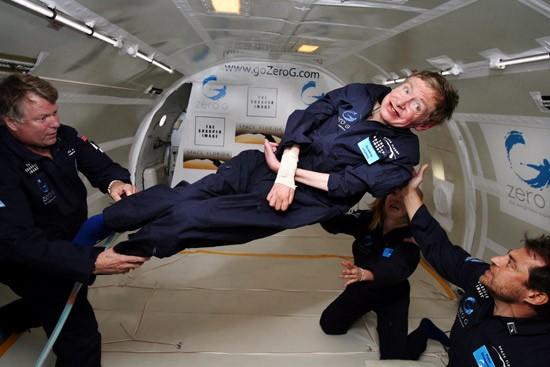 Hawking, birincisini Virgin Galactic şirketinin Aralık 2009'da halka açıkladığı ticari uzay gemisiyle uzayı keşfetmeyi planladığını söyledi.
