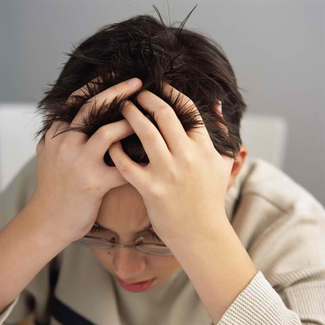 Baş ağrısı, en tipik semptomlardan birisidir. Genellikle kendi başına bir hastalık değildir; var olan başka tıbbi durumların bir belirtisi olarak ortaya çıkar. Tıbbi olarak asla görmezden gelinmemesi gereken semptomlardan biri olarak kabul edilir. Baş ağrısı, genellikle doktorlar tarafından tespit edilemez ve hastalar tarafından belirtilmelidir.