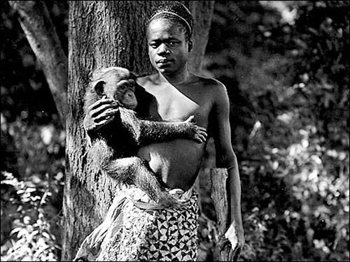 Ota Benga'nın Bronx Hayvanat Bahçesi'ndeki bir fotoğrafı... Bu fotoğraf Maymun Evi'nde çekilmedi, çünkü orada fotoğraf çekmek yasaktı. Zaten hayvanat bahçesi de ona ait sadece 5 fotoğraf yayınladı.