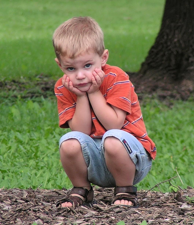 Pedofiliyle ilgili sorunlardan birisi, çocukların yardım alamıyor oluşudur. Yaşadıkları travma, onların herhangi bir yardım çağrısında bulunabilmelerine engel olur. Bu, sosyolojik bir dezavantaj olarak görülebilir. Bu açıdan da pedofili, neredeyse her zaman taraflardan biri için yaşam standartlarında düşüşe neden olur, dolayısıyla bir hastalıktır.