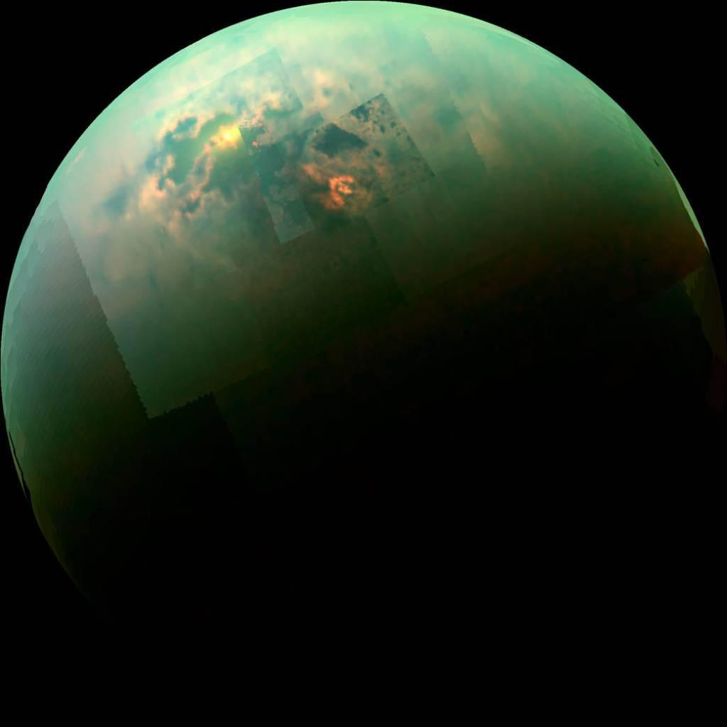 NASA'nın uzay aracı Cassini'den gelen bu yakın-kızıl ötesi renkli mozaik, Titan'ın kuzey kutbundaki denizlerine yansıyan güneşi göstermektedir.