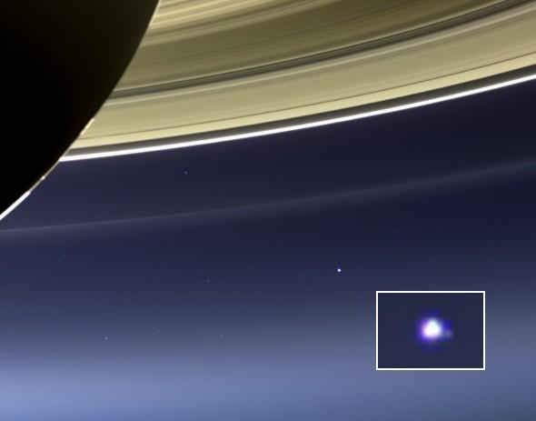 Satürn'ün sağ alt tarafından görünen Dünya-Ay Sistemi.  (Kare içindeki görüntü büyütülmüş görüntüsüdür.)
