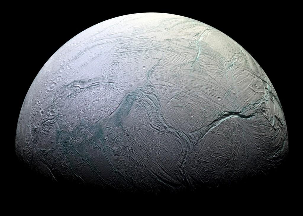 Cassini, Dünya'dan sonra yaşam ihtimalinin olduğu en büyük aday, donmuş Encladus'un soğuk görüntüsünü de çekti.