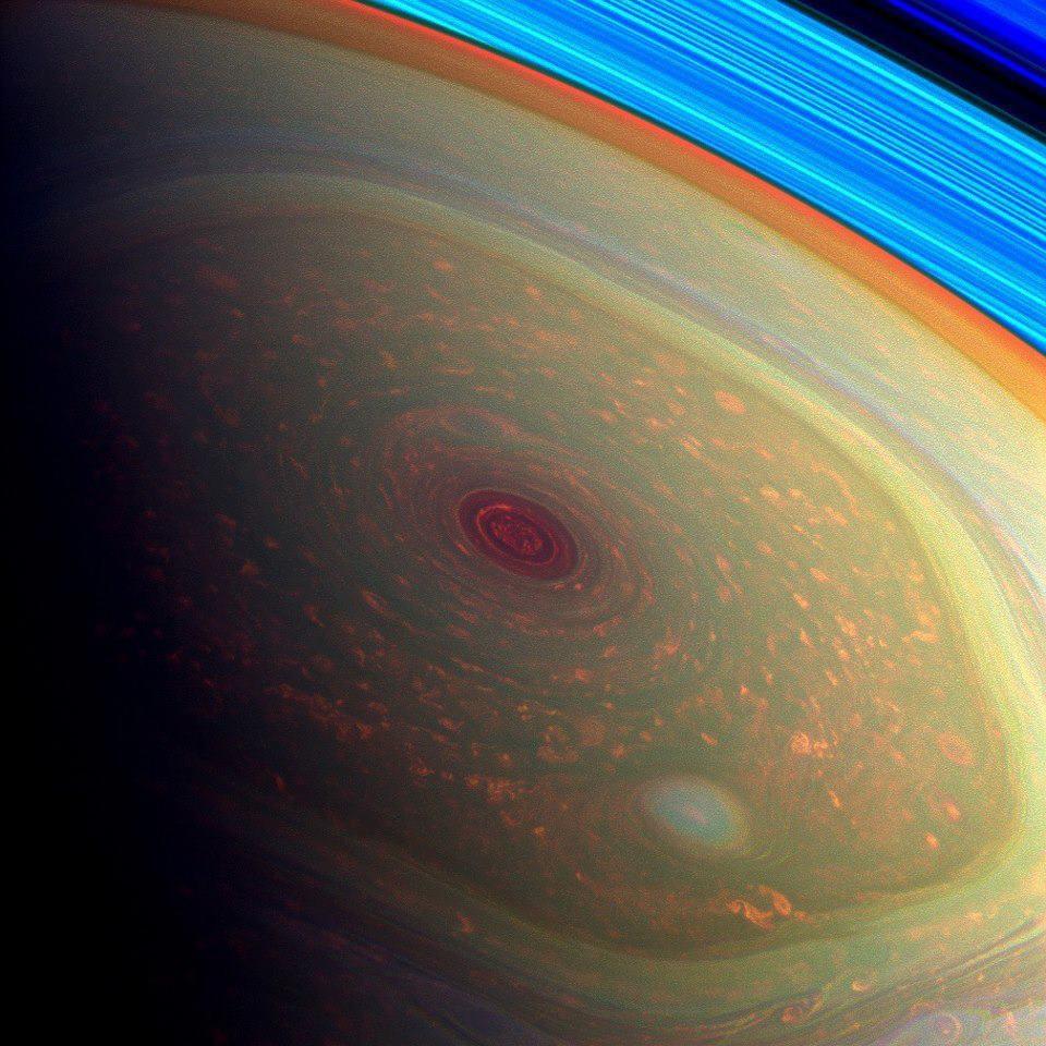Satürn'ün kuzey kutbundaki altıgene inanılmaz bir bakış. Garip bir biçimde şekil almış fırtınanın görülebilir ışıkla çekilmiş ilk fotoğrafı.