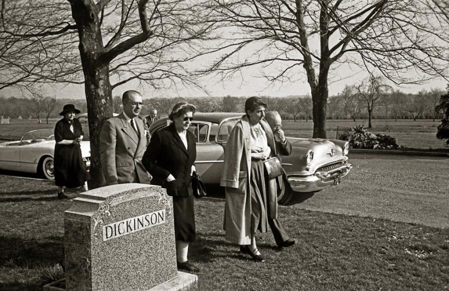 Ewing Krematoryum'undan... En sol üst köşede bilinmeyen bir kadın, onun önünde Einstein'ın oğlu Hans Albert, onun önünde yine bilinmeyen bir diğer kadın, onun azıcık yanında uzun pardesülü olan kadın Einstein'ın uzun yıllardır sekreterliğini yapan Helen Dukas, onun yanında kısmen gözüken, Einstein'ın yakın arkadaşı Dr. Gustav Bucky