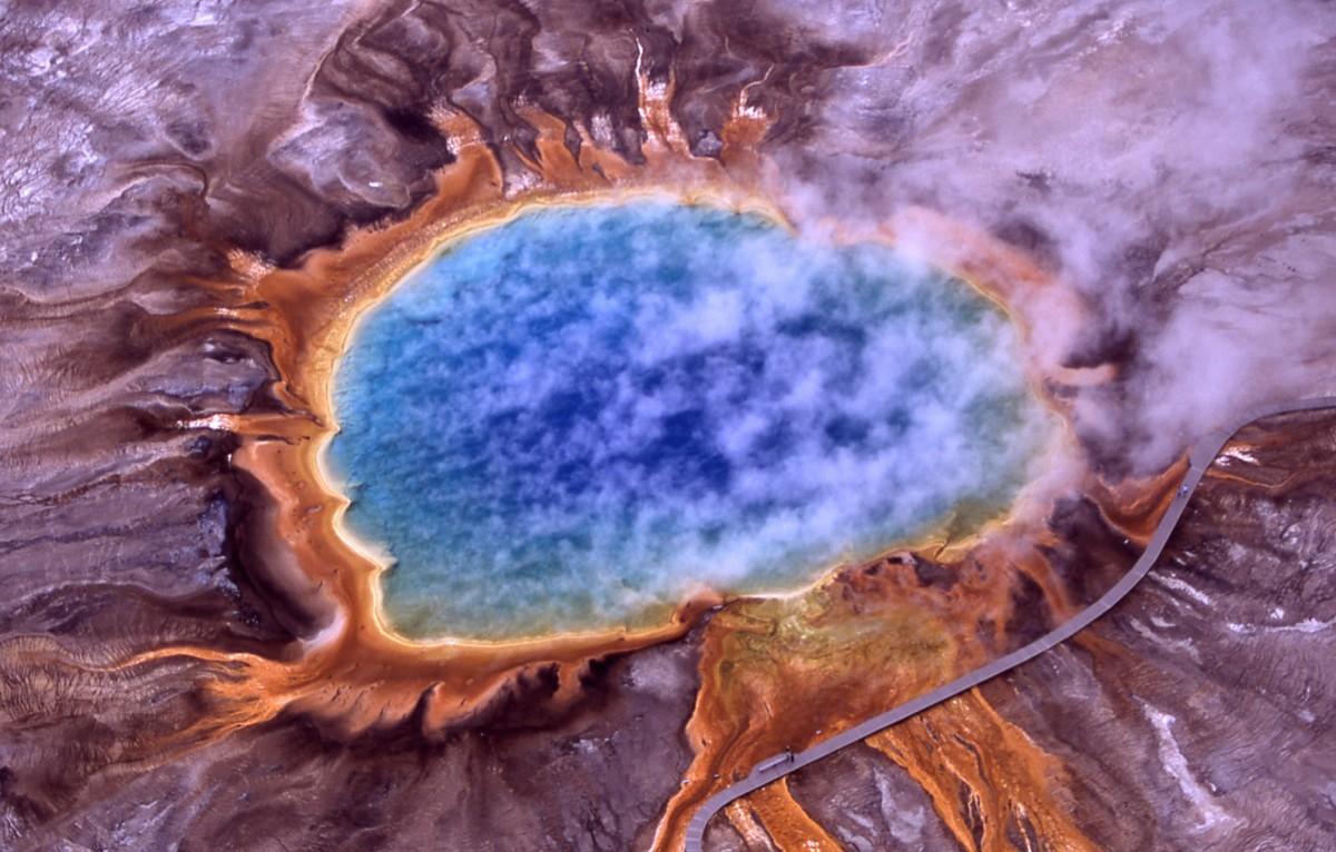 Arkelerin yaşamayı sevdiği ve ilk keşfedildikleri ekstrem sıcaklık, tuzluluk, asidite gibi değerlere sahip olan ortamlardan birisi... Fotoğraf, Yellowstone Ulusal Parkı'ndaki Grand Prismatic Spring'e ait...