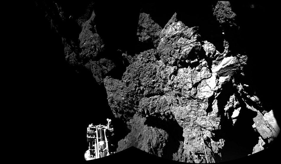 Philae Aracı'nın gönderdiği bir fotoğraf. Ne yazık ki Philae yüzeye tutunamadı ve yerde birkaç defa sektikten sonra kayboldu. Muhtemelen bir kayanın gölgesine girdi ve orada kaldı. Güneş'e yaklaştıkça Philae'nin tekrar canlanacağı umuluyor. Rosetta, 12 Mart'tan beri Philae'den gelebilecek radyo sinyallerini dinlemeye başladı.