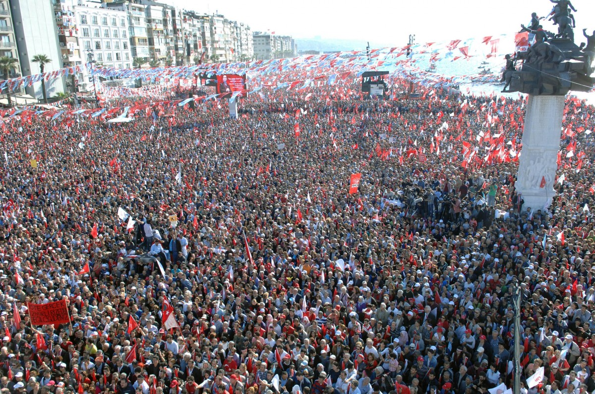 Bir partinin İzmir'de yaptığı bir mitingden (11 Nisan 2015)... Çevresel kısıtlar nedeniyle bir kaos anında kaçılabilecek çok az yer bulunduğuna dikkat ediniz.