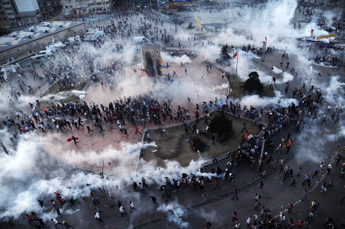 2013 Gezi Parkı Direnişi'nde gaz bombalarından kaçmaya çalışan insanların içinde bulunduğu kaos...