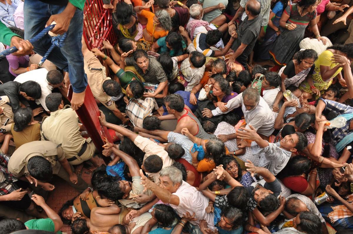 Hindistan'daki Godavari Pushkaralu festivalinde yaşanan bir izdiham...