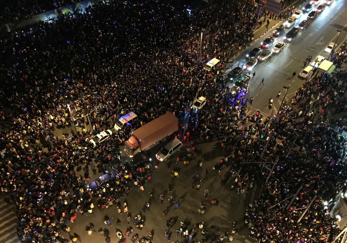 Çin'de yaşanan bir izdiham... Her insanın bir akışkan molekülü gibi modellenebileceğine dikkat ediniz.