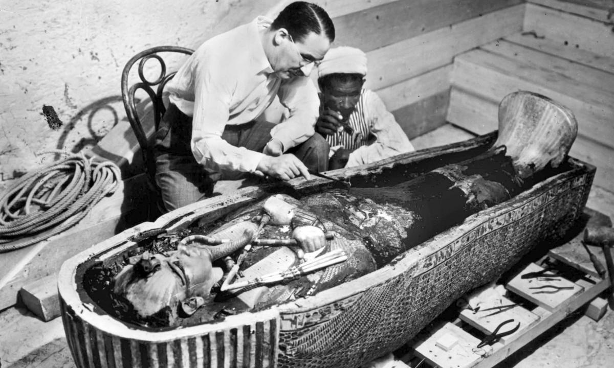 İngiliz arkeolog Howard Carter ve Mısırlı asistanı Krallar Vadisinde (Luxor, Mısır) firavun Tutankhamun'un lahitini inceliyorlar.
