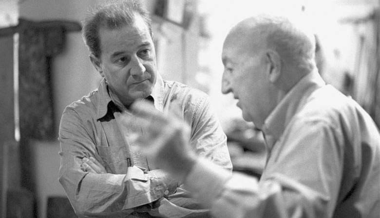 Joan Oró (sağ tarafta), ünlü İspanyol sanatçıJosep Riera i Aragó (sol tarafta) ile konuşuyor.