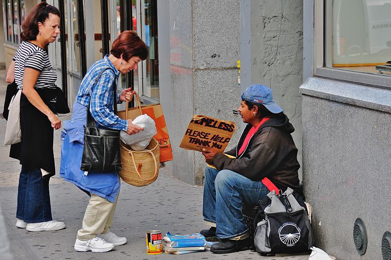 Evsiz kişilere yardım eden insanlar