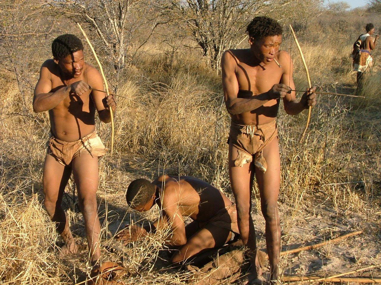 Çağımızda halen hayatta olmalarına rağmen türümüzün antik atalarına en yakın şekilde yaşayan, avlanan, hayatta kalan Khoisan (San) Kabilesi'nin avlanma çabasından bir kare; Günümüz...
