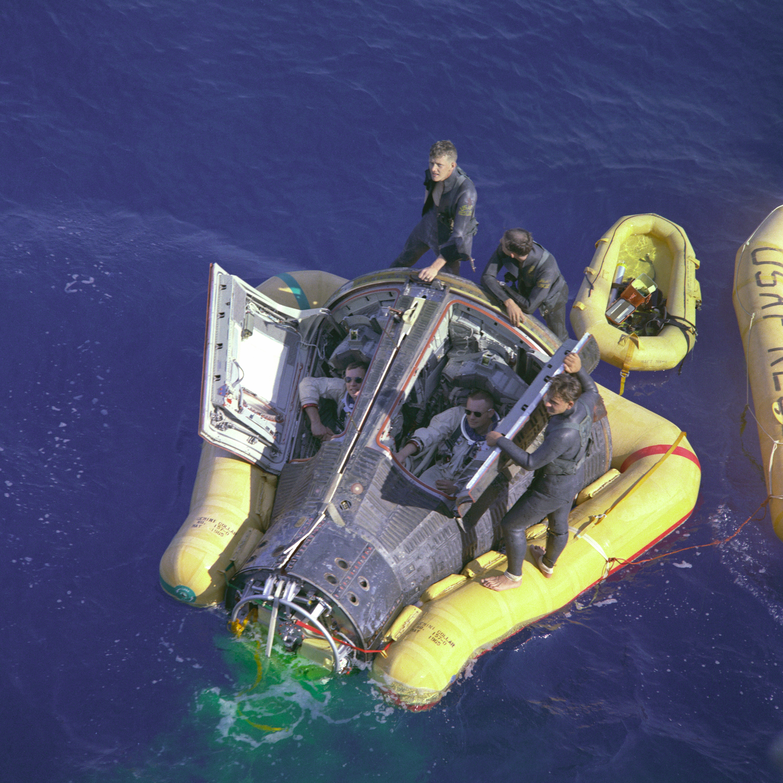 Gemini VIII ile Pasifik okyanusunun ortasına sağ salim inen N. Armstrong ve David R. Scott