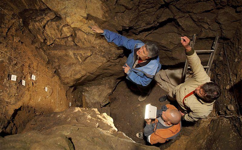 Denisovan Mağarası'ndaki araştırıcılar.