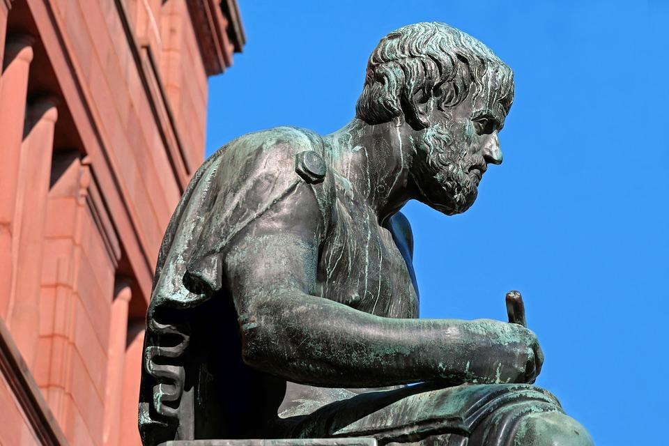 Aristoteles kölelik kurumunun, doğayla bağdaştığından hareketle hukuka uygun olduğunu savunmaktaydı.