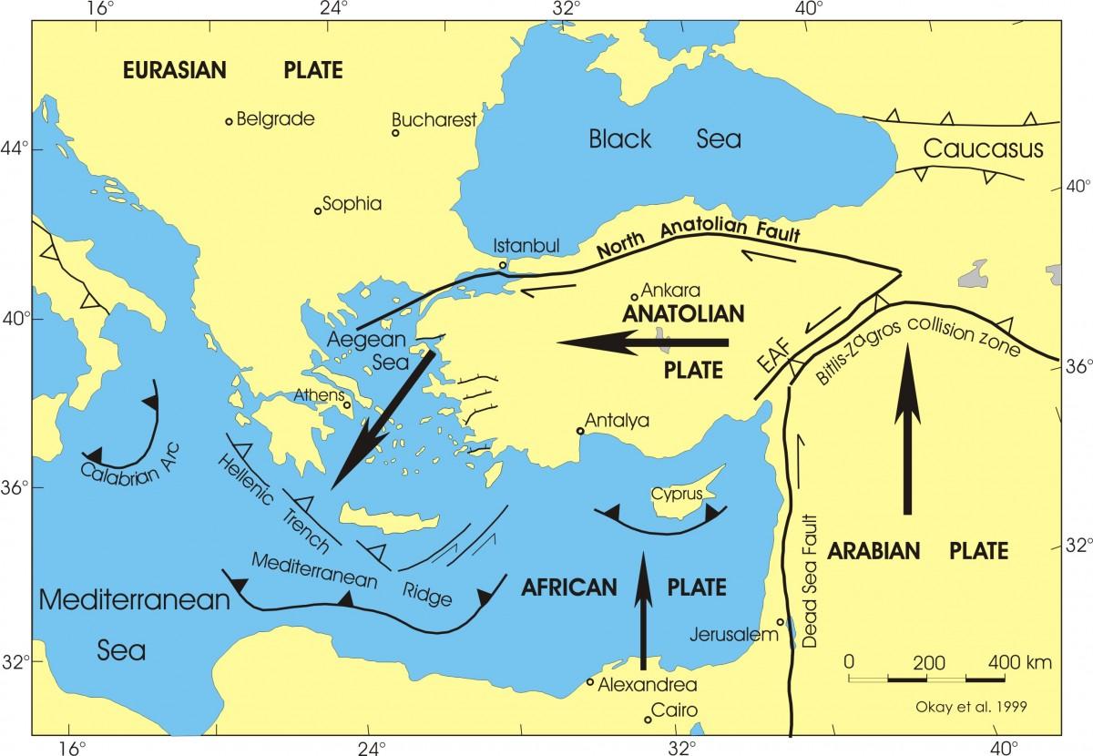 Kuzey Anadolu Fay Hattı ve çevre fay hatları... Plakaların hareketine dikkat ediniz. Hem Afrika Plakası, hem Arap Plakası kuzeye doğru hareket etmektedir; bu hareket dolayısıyla Anadolu Plakası güneybatıya doğru hareket eder. Bu zıt hareketlenme fay hatları boyunca plakaların uçlarındaki devasa kaya yığınlarının birbirine geçmesine, takılmasına, sürtünmesine, parçalanmasına, vs. neden olur. Bu takılmaların anlık boşalımları ve kurtulmaları, yüzeyde deprem olarak algılanan devasa hızlı hareketlere ve parçalanmalara neden olur.
