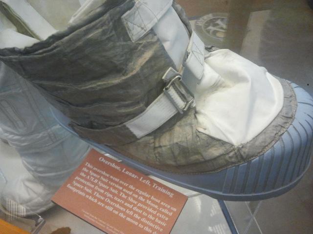 Ay görevlerinde giyilen ağır tabanlı botlar.