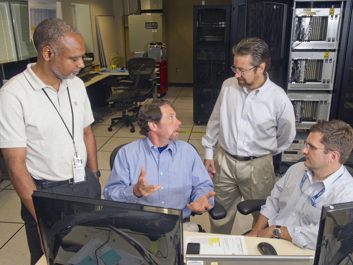 NASA'nın Space Launch System (SLS, Uzay Fırlatma Sistemi) üzerinde çalışan mühendisleri.