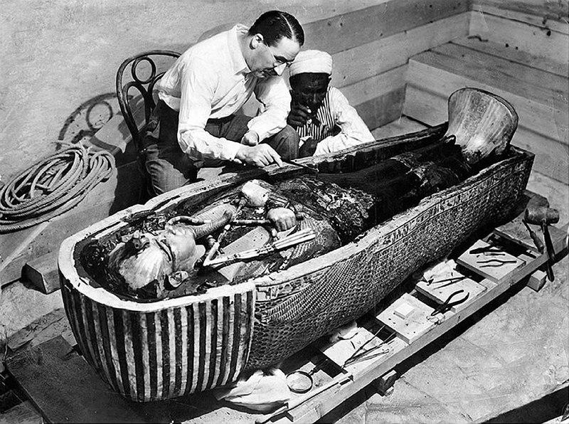 Görsel 1: Howard Carter, firavunun hemen yanında.