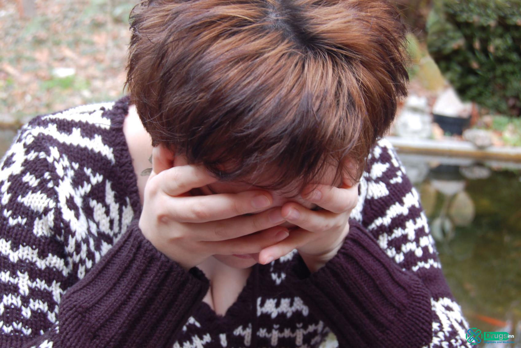 Paranoid Şizofreni'de birey kendi içine kapanabilir.