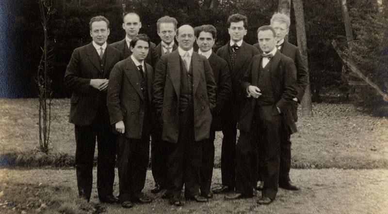 Viyana Çevresi, 1920'lerde ortaya çıkmış olan ve Moritz Schlick, Otto Neurath, Fredrich Waismann, Rudolf Carnap ile anılan felsefe ekolüdür.