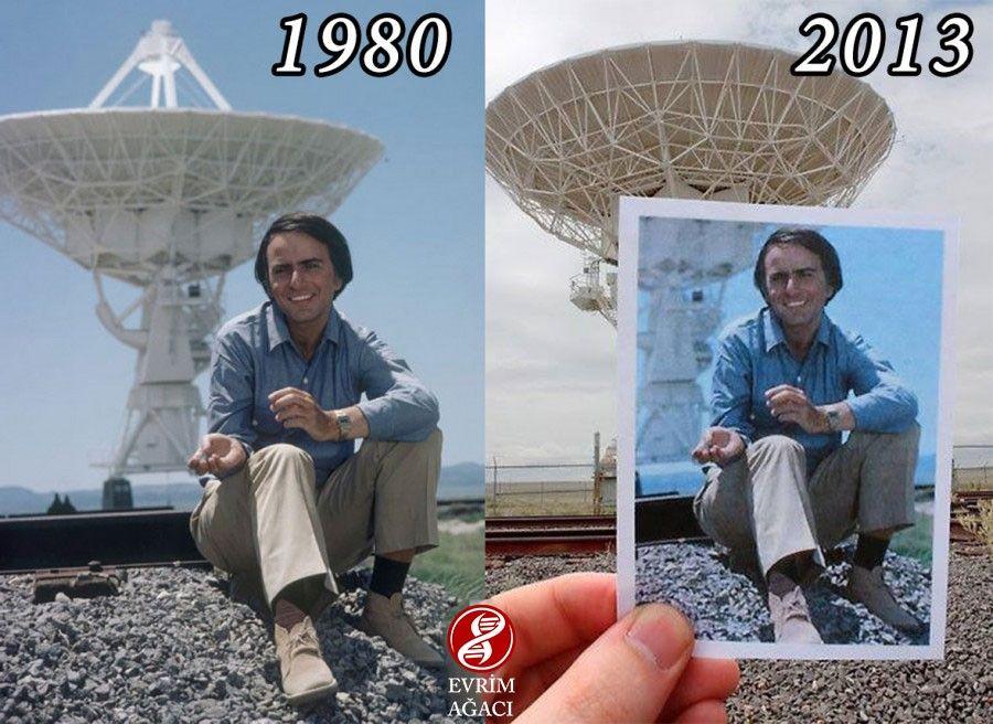 Fotoğrafta Carl Sagan'ın 1980 yılı yapımı orijinal Cosmos'undan, ABD'nin New Mexico eyaletindeki Çok Büyük Dizi (Very Large Array) teleskopları önünde bir karesi ile, aynı noktada 2013 yılında Daniel Owens tarafından çekilen anlamlı bir kare yan yana gözüküyor.