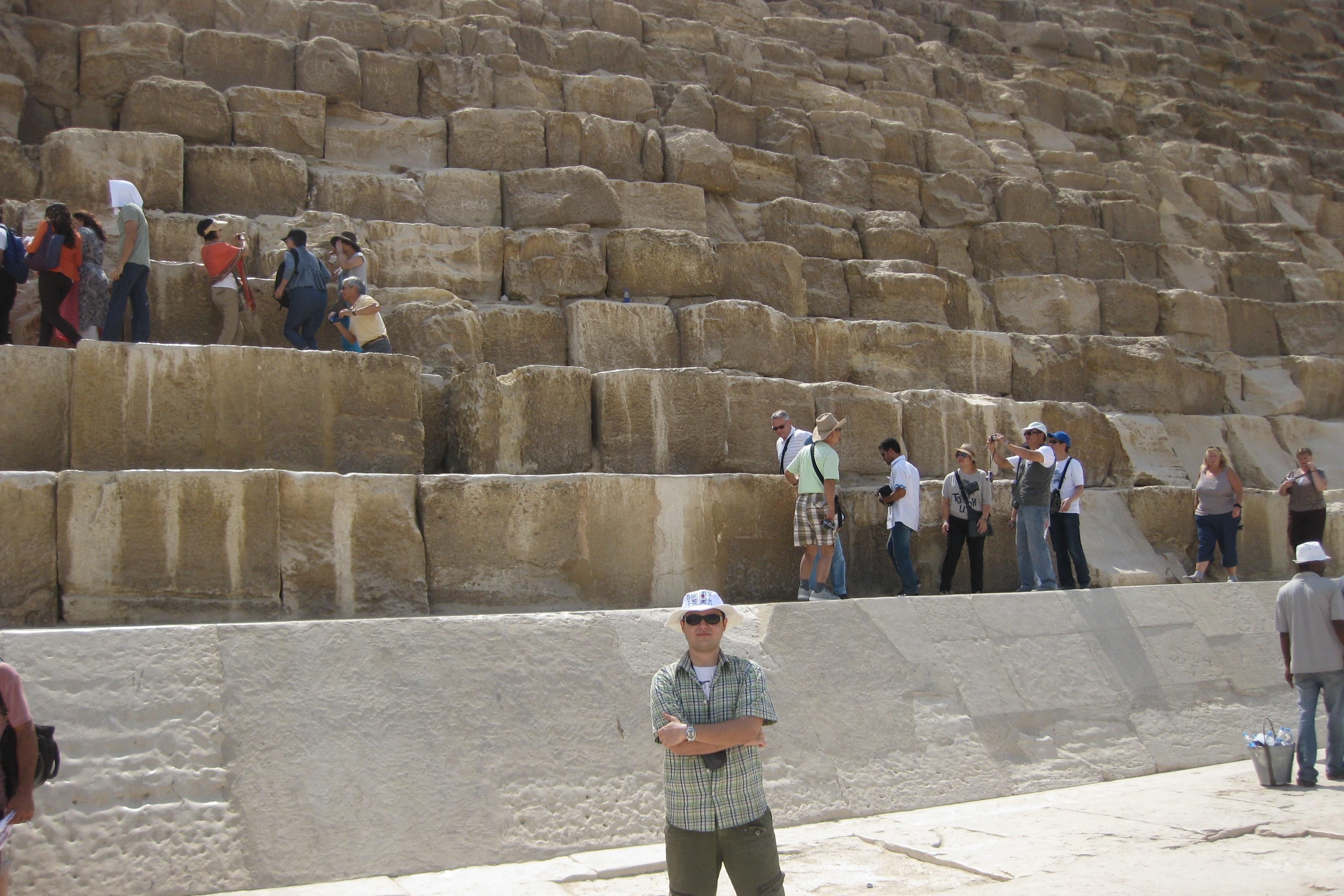 Görsel 8: Mısır ziyareti sırasında Gize'de Khufu Piramidi'nin önünde. Arkadaki insanlara bakarak blokların büyüklükleri konusunda bir fikir edinebilirsiniz.