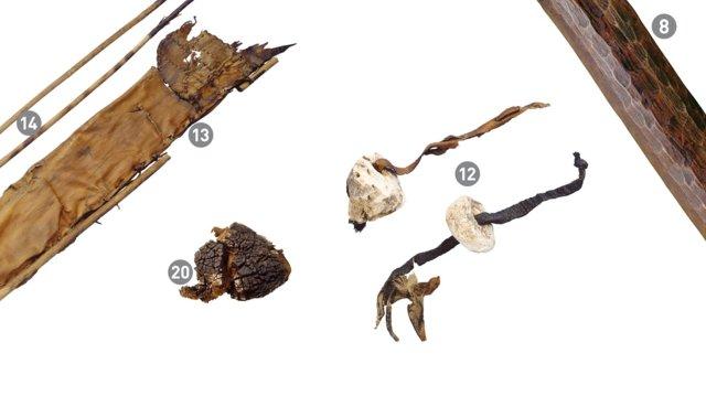 Ötzi' nin gereçleri(soldan sağa): Taş bıçak, oklar ve yaylar, ok kılıfı, mantar kavı, huş mantarı, huş kabuğu