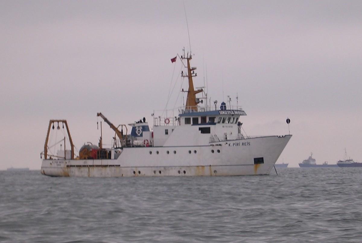 Haziran 2010'da Türk, Amerikalı ve Fransız bilim insanlarını fay hattında analiz yapmak üzere denizde taşıyan R/V K Piri Reis teknesinin demirlemiş halde fotoğrafı. Fotoğraf, ekip içerisinde bulunan Amerikalı bilim insanı Donna Shillington tarafından çekilmiş. Shillington, 20 saatlik uçuş sonrasında dinlenemeden gemiyle analizlere başlamak zorunda kaldığını anlatıyor.