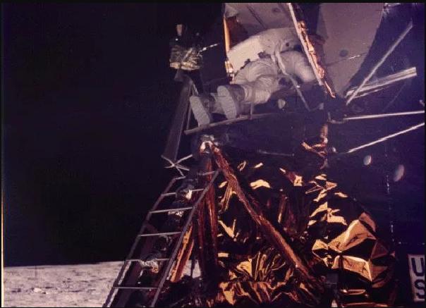 Buzz Aldrin, Ay'a ayak basmak üzere iniyor.