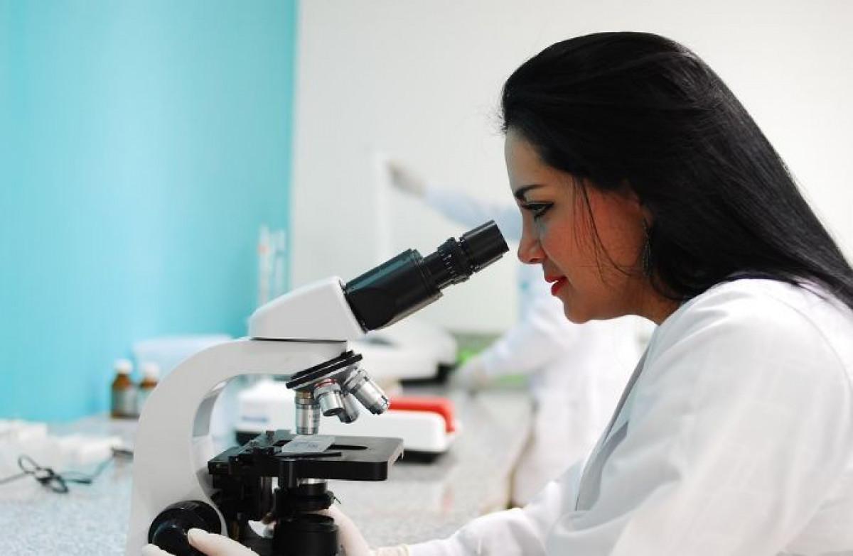 Kimyager-teknoloji uzmanı: mesleğin tanımı, eğitim özellikleri, artıları ve eksileri