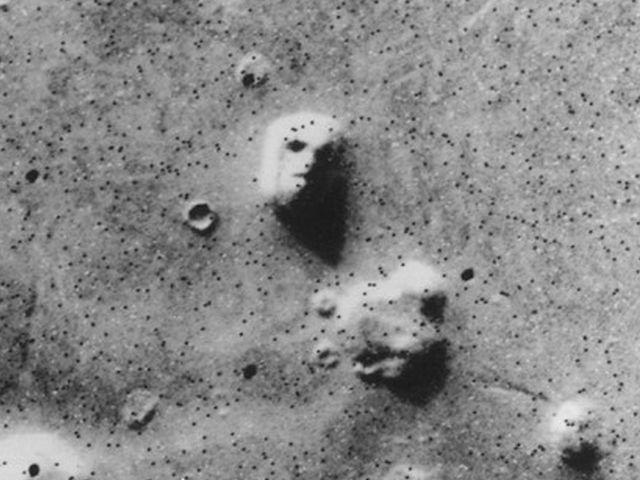 Surat görmemize neden olan yansımaların bulunduğu Mars yüzeyi.
