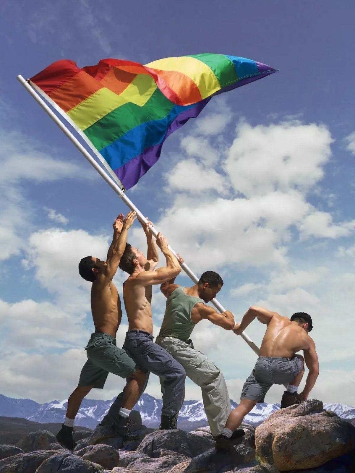 """Gökkuşağı rengindeki bayrak, birçok farklı hareket tarafından kullanılmış olsa da, 1978'den beri birçok farklı kültür ve ülkede """"Özgürlük Bayrağı"""" adı altında, eşcinsellerin bayrağı olarak tanınmaktadır. Tasarıma göre en üstteki kırmızı """"yaşam"""", turuncu """"iyileşme"""", sarı """"güneş ışığı"""", yeşil """"doğa,"""" mavi """"harmoni"""", mor ise """"ruh"""" anlamına gelmektedir."""