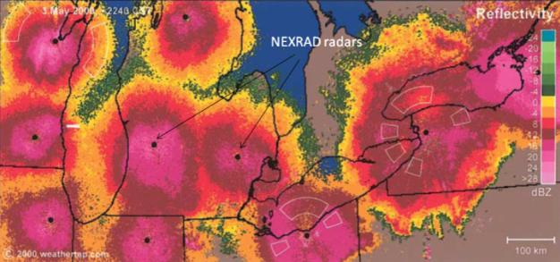 Figür 1: NEXRAD radarı ile göçmen kuşların gözlemlenmesi. Siyah noktalar radar istasyonlarının konumunu belirtir. 3 Mayıs 2000 akşamında Great Lakes Bölgesi, A.B.D.'de göç eden kuşların yoğunlukları renk skalaları ile belirtilmiştir.  2012 Nature Education Diehl ve ark. 2003'e takiben düzenlenmiştir. Tüm hakları saklıdır.