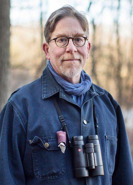 Richard O. Prum, Connecticut'taki East Rock parkında kuş gözlemciliği yürüyüşünde.